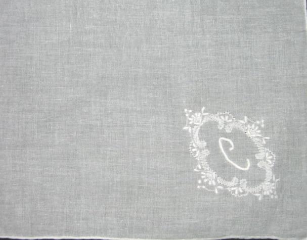 Pañuelo Inicial Señora blanco, LETRA C , Bordado y Rulo a mano